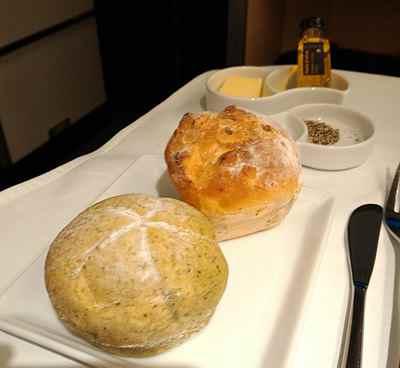 バター、岩塩、オリーブオイルのついたパン