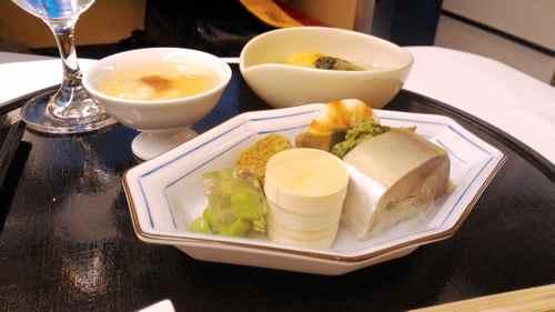 鯛の白子冷し羽二重蒸し・蒸し鮑わかめ巻き・えんどう豆寄せ・鰯土佐煮・鯖寿司・菜の花・牛蒡胡麻和え