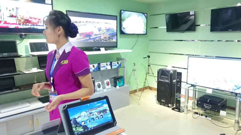 北朝鮮・平壌国際空港の家電店のおねえさん