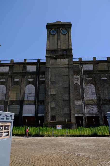 横浜競馬場の廃虚の塔