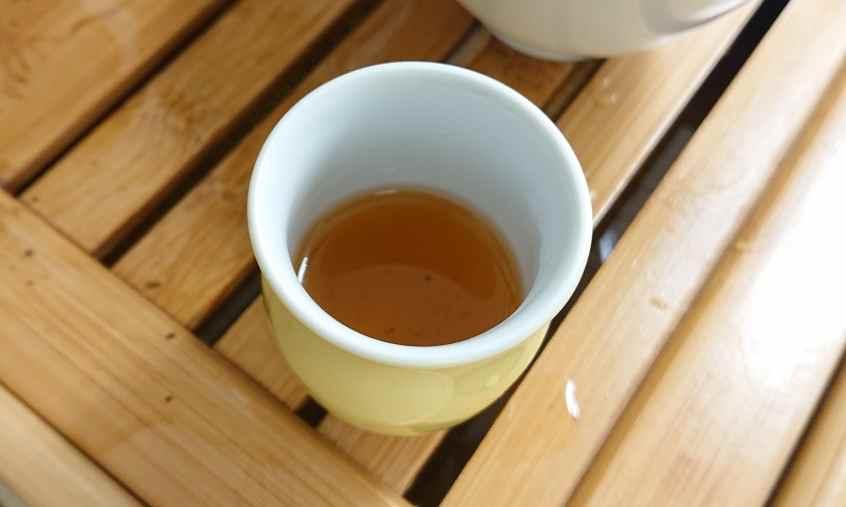 静岡産烏龍茶の水色