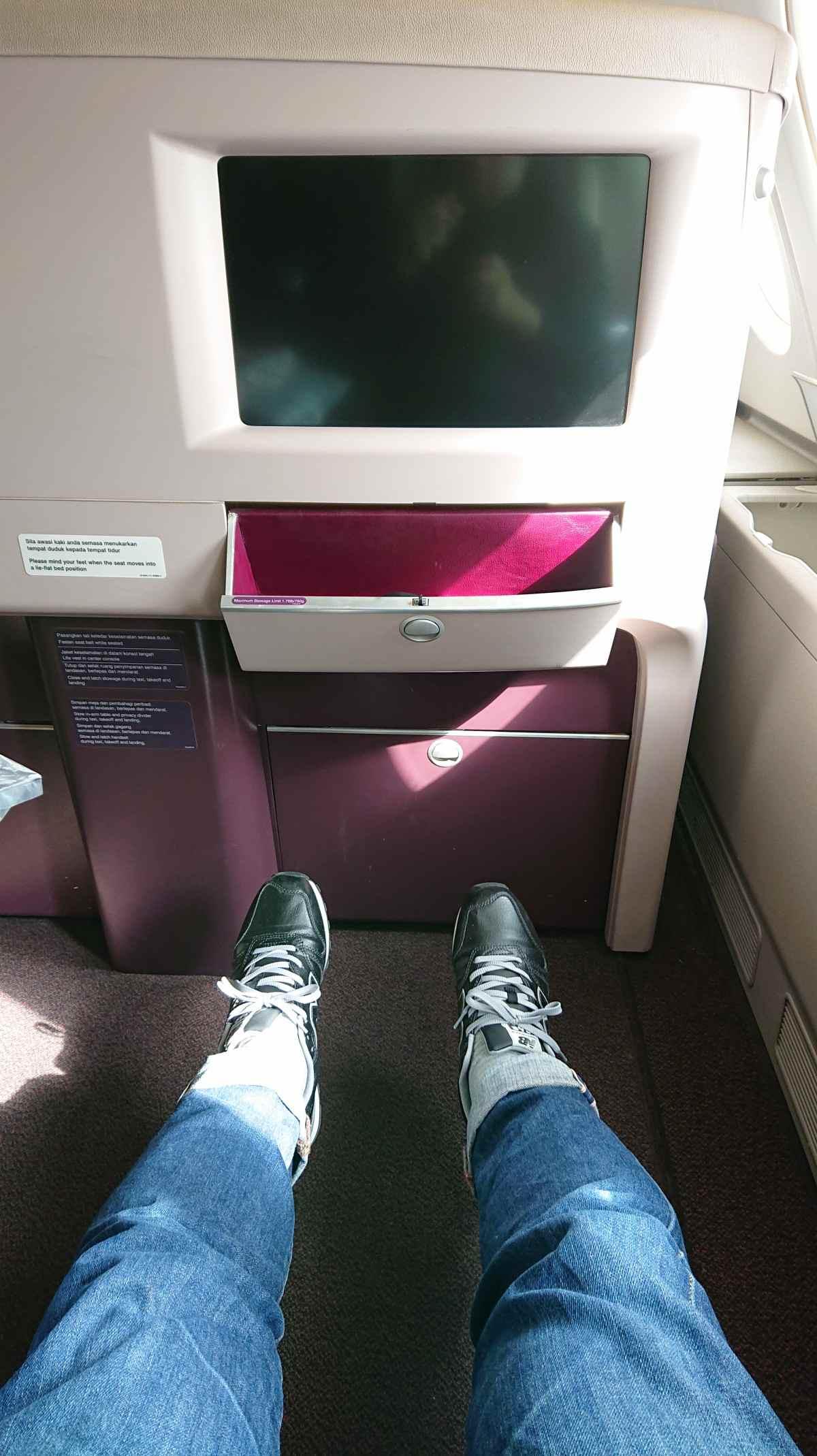 マレーシア航空のA380ビジネスクラスの足元は広い!