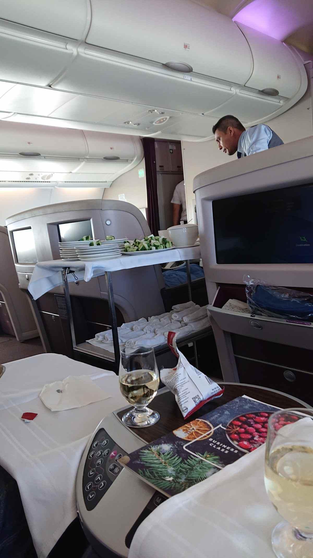 マレーシア航空・機内食前のサテーの配膳