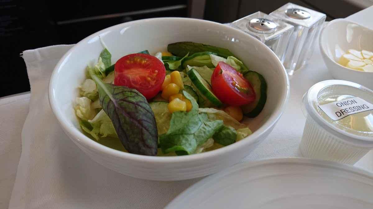 機内食のサラダはびっくりするくらい美味しい