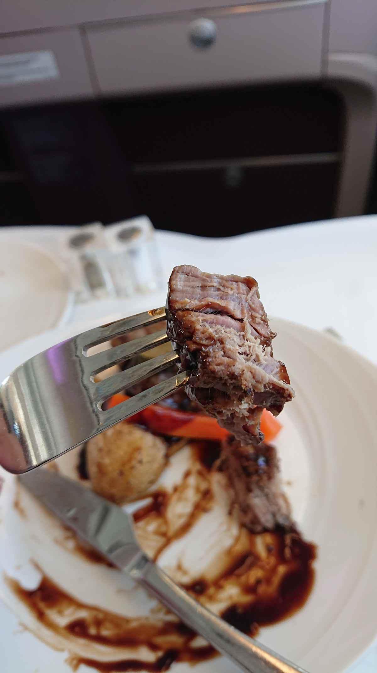 マレーシア航空・A380機内食メインのビーフステーキ 硬い!