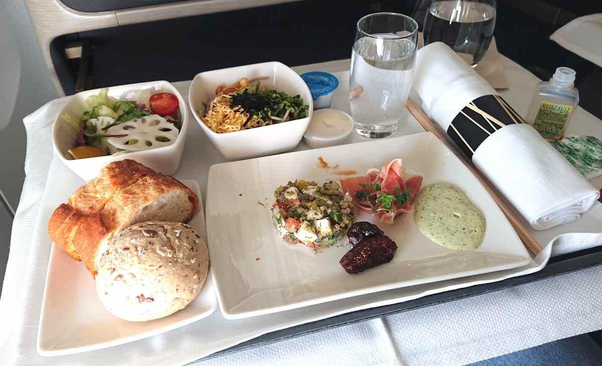 ビジネスクラスの機内食、全景