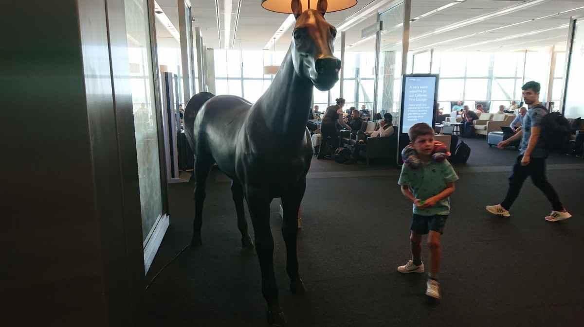 ラウンジの入り口にいる馬