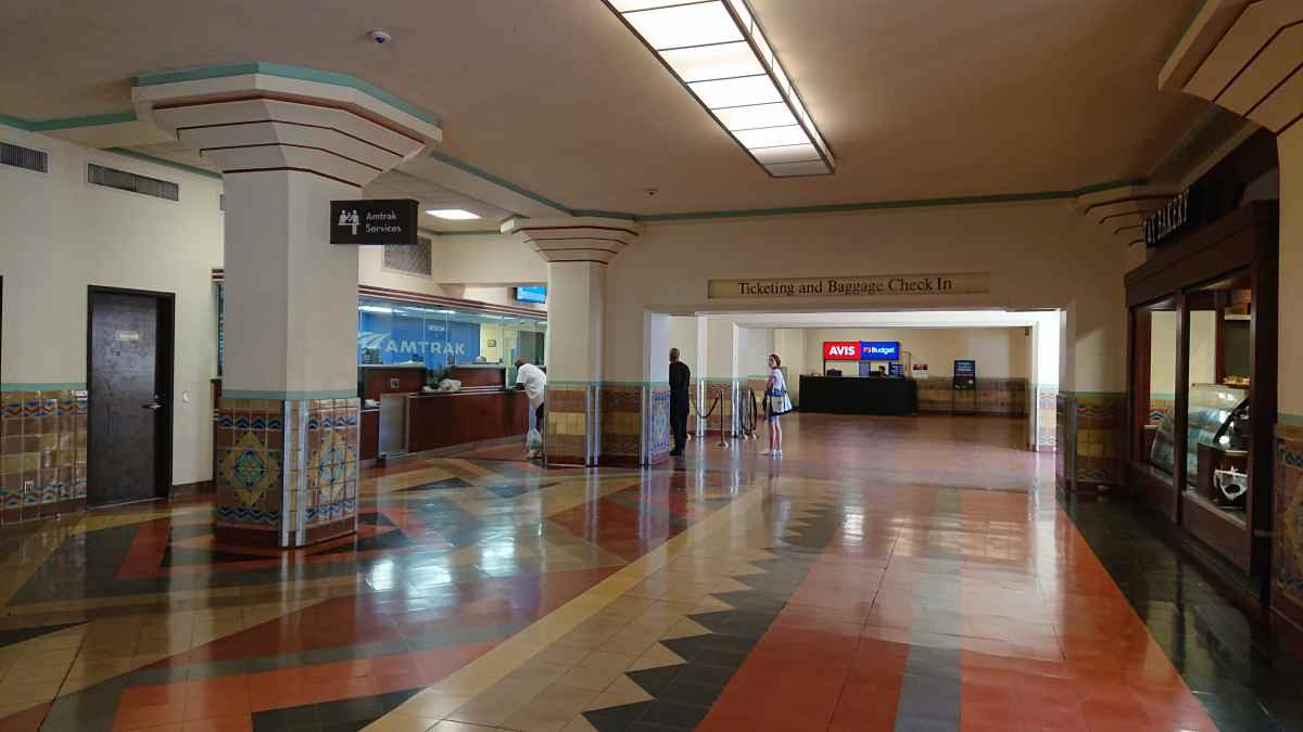 ロサンゼルス・ユニオンステーションのアムトラックチェックインカウンター