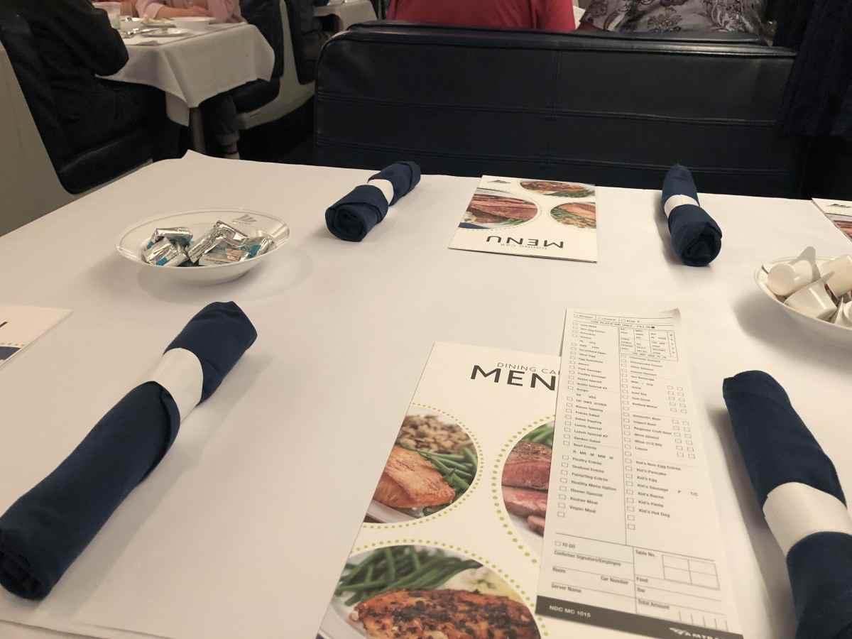 アムトラックの食堂車のテーブルセッティング